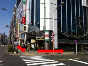 喫茶店の角を曲がります