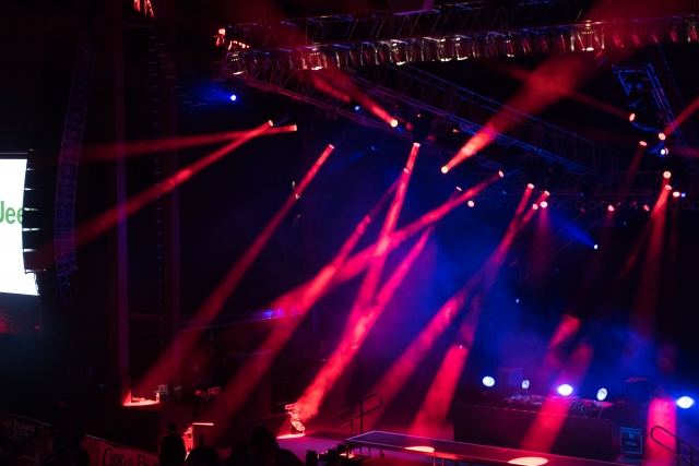 照明を効果的に使用しているイベントのシーン